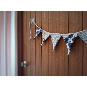 かぎ針編みでつくったフラッグガーランドは優しい表情でナチュラルなお部屋にぴったり!綿素材なら一年中飾っておけますね。