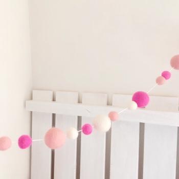ピンクのグラデーションが可愛いらしい羊毛フェルトのガーランド。いろいろな大きさをミックスしてリズミカルに配置して。