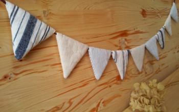 中に綿をいれてぷっくりさせた布製のフラッグガーランドは、ペーパーとはまた違うぬくもりある表情を楽しめます。