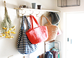 玄関の壁にフックラックを取り付けておけば、バッグや小物の見せる収納として大活躍。出かける時も、その日の気分に合わせてバッグを選ぶことが出来ますよ。秋冬にはアウターをかけることも出来ますね。