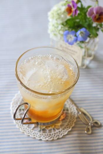 濃い目に入れた紅茶を炭酸水で割るだけで出来ちゃいます。梅雨の時期にも、さっぱりとした味わいのドリンクは、気分も同時にリフレッシュしてくれますよ。