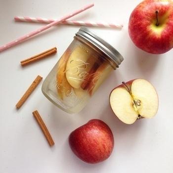 りんごは腸内環境を整えて脂肪の蓄積を抑えてくれるそう!そしてシナモンは、ミネラルが豊富で身体を温めてくれる効果もあるそうなのです。前夜に材料をジャーポットにミネラルウォーターと一緒に入れて、一晩冷蔵庫で寝かせておくだけで完成しちゃいます。