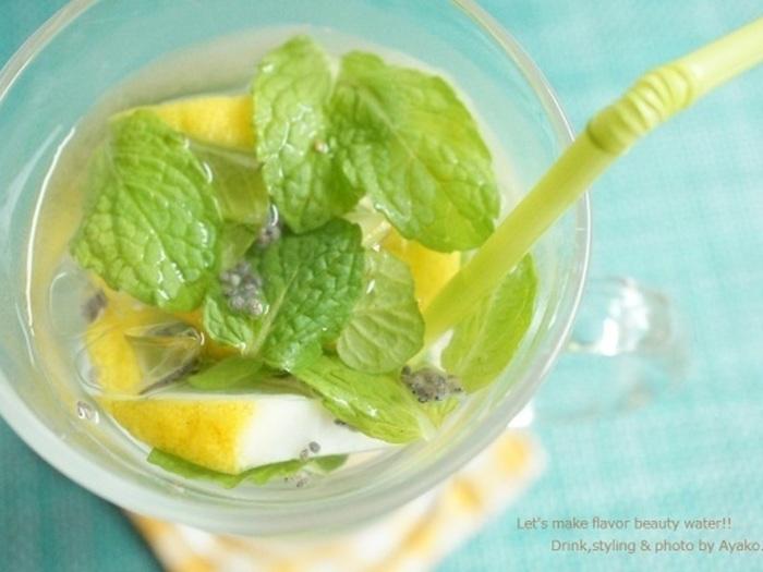 朝起きがけに水分補給はされていますか?夜眠っている間にも汗で水分は失われているそうです。ダイエット効果もあるチアシードやビタミンCが豊富なレモン、ミントの香りでさっぱりした一日のスタートを!