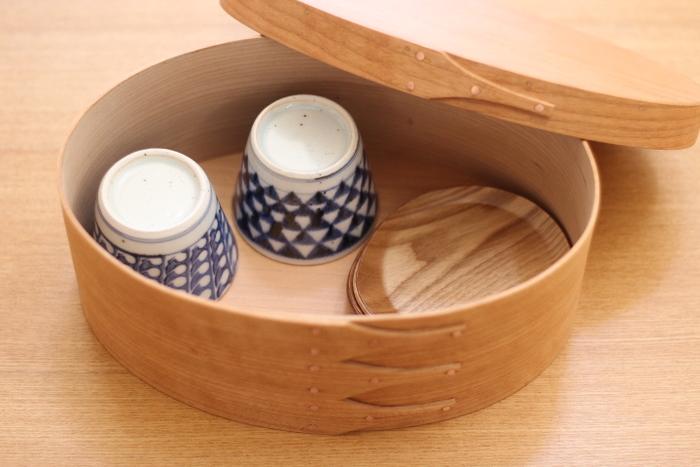 シェーカーボックスの中にお茶セット入れて。和洋折衷ですがしっくりはまっています。
