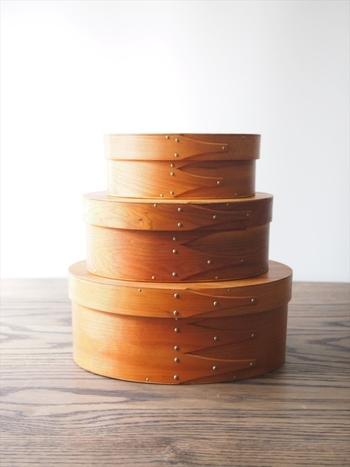 そんなシェーカー教徒が作り出した箱がシェーカーボックスです。 シェーカーボックスは日本でいう「曲げわっぱ」によく似た形をしています。 接合部分には「スワロウテイル」と呼ばれる燕尾形の木を組み合わせている事が特長です。  以下の項目でシェーカーボックスについてもっと深く見ていきましょう。