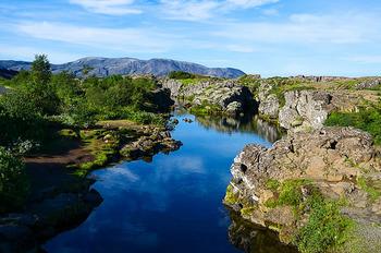 「大地の裂け目」があることで有名な国立公園です。  さかのぼること西暦1000年、この場所でキリスト教がアイスランド国教化されたこと、1944年にアイスランド独立宣言がされたことから、アイスランドの大自然だけでなくアイスランドの歴史もうかがえる場所となっています。