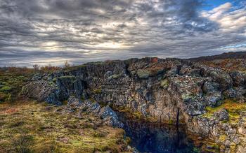 「大地の裂け目」は、アイスランドを東西に分断する大陸プレートによりできあがったもので、このプレートはアイスランドから遠く離れた日本にも繋がっているといわれています。  裂け目が出来上がったのは9000年前とされており、近くの火山が噴火した際にこの場所が沈下してできたものなのだとか。  ちなみに裂け目の長さは最大40km、幅は最大10kmにも及んでおり、毎年1.5cm程度横に広がっていることが調査で明らかになっています。