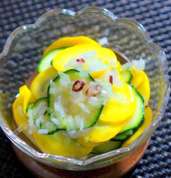 緑と黄色のズッキーニを使った、彩り豊かなサラダ。 ライム果汁とナンプラーが良い感じに引き立ててくれます。