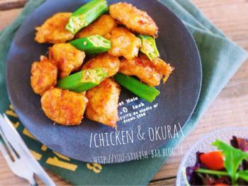 ヘルシーなささみと夏野菜のオクラをフライパンで炒めて、最後におかか醤油を絡めるだけの簡単レシピです!