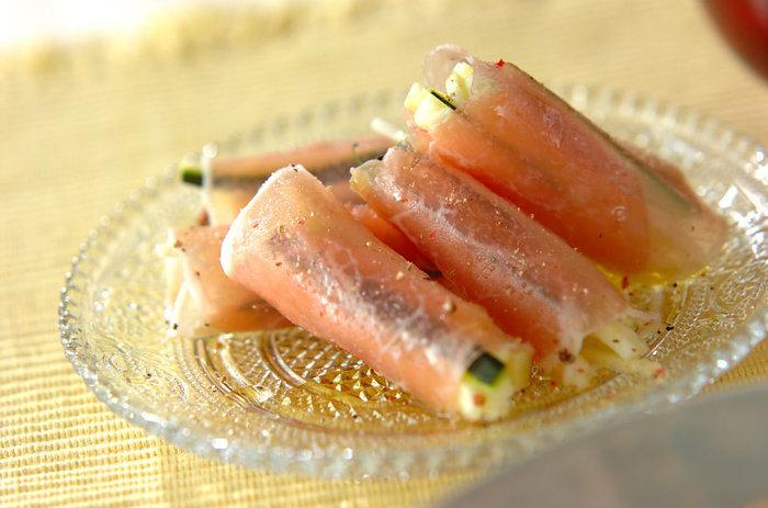 塩のきいた生ハムだからこそ、オリーブオイルと塩のシンプルな味付けでもおいしくいただけます。 細切りズッキーニがポイント。