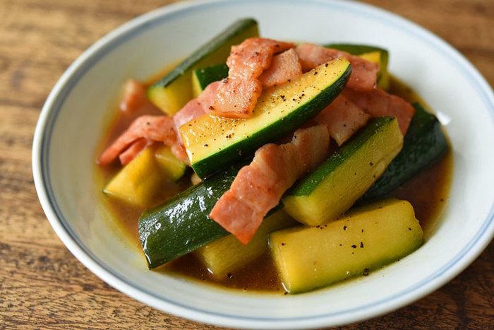 ベーコンを加えた和風ズッキーニの煮物。 ちょっと物足りないときは、唐辛子をプラスしてもおいしくいただけます。