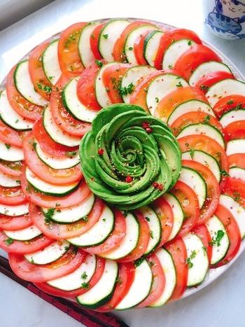 トマトとズッキーニのローズ風サラダ。 見た目はもちろん、ボリューム満点でパーティーにもおすすめです。