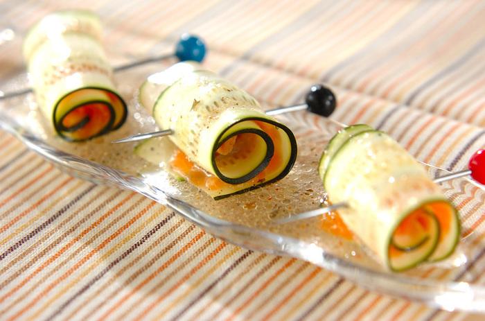 ピンチョスであっという間に、パーティーにも使えるレシピに。 スモークサーモンとズッキーニの組み合わせが絶妙です。
