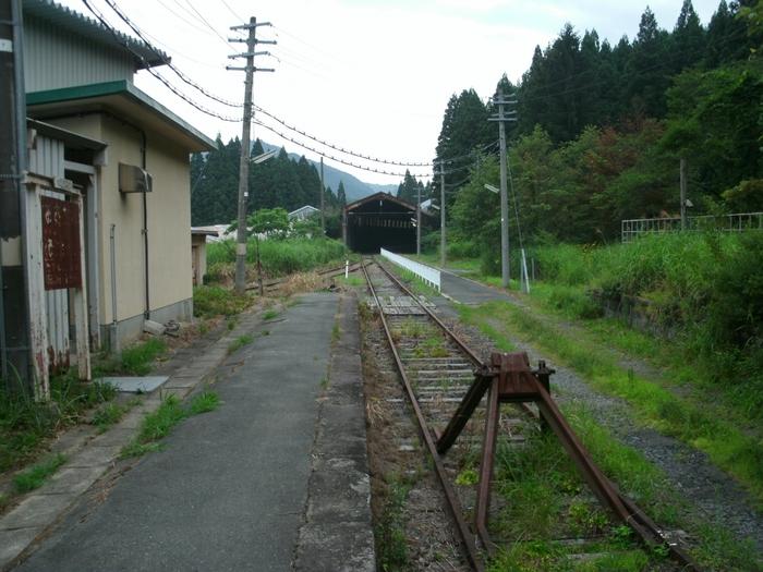 奥羽本線の大沢駅は、峠駅に隣接しており、1906年に開業された無人駅です。近くには、かつてスイッチバックが使われていた頃の旧駅が現存しています。
