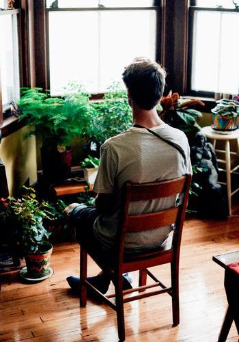 窓辺に並べた植物たちと一緒に、椅子に座ってのんびり日光浴…そんな休日の過ごし方もいいですね。