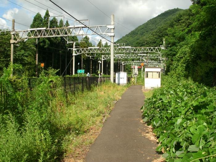 奥羽本線沿線の赤岩駅は、峠駅、大沢駅と同様にかつてはスイッチバックが使われていた1面2線を持つ秘境駅です。また、2012年12月1日から赤岩駅での停車が廃止され、奥羽本線を走る全ての列車が通過することでも知られています。