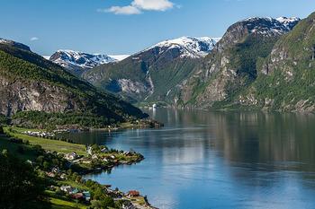 ノルウェーのフィヨルドは、100万年前の氷河期に国土が氷に覆われていたことで誕生したものと言われています。  1万年前くらいから氷河が後退し始めたことから谷底が削り出され、このような切り立った岩が多く目立つU字の谷が出来上がったのです。