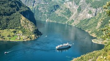 ガイランゲルフィヨルドは、全長約20kmにもおよぶフィヨルドで、7つの滝が並んでいる「7人姉妹の滝」や「花嫁のベール」と名付けられた滝など、フィヨルドそのものだけでなく多くの滝が流れる様を楽しめます。
