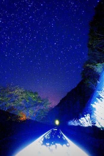 人里離れた秘境にある上有住駅周辺では、夜になると満天の星空となります。紺色のベルベットに宝石を散りばめたような夜空は、プラネタリウムのようです。