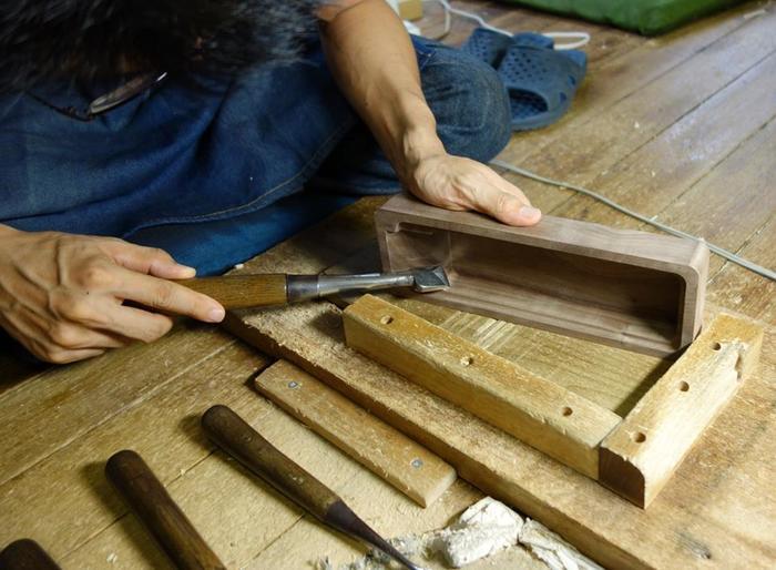 台屋(だいや)は、日本の工業のまちである新潟の燕三条で、長く木工所を営んで来た「山谷製作所」から立ち上がったブランドです。大工道具である鉋(かんな)の台部分を作り続けてきた高い技術を使って、コンパクトな鰹節削り器を開発。伝統的な和食文化を広めたい、という思いから日常で簡単に使える削り器を作っています。