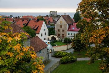 夏以降の紅葉シーズンを訪れるのも良いかもしれませんね。  石造りの道や中世の建物通りの中を歩いていると、まるで中世の世界に迷い込んだかのような感覚を覚えそうです。
