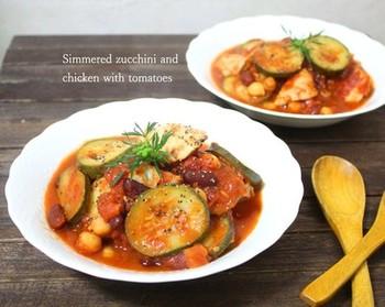 鶏肉のトマト煮込みにズッキーニをプラスすれば、さらに満足感のいくレシピに。 ズッキーニを入れることで、彩りもよくなるのがポイントですね。