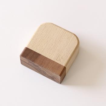 調整用のかまぼこ木づちは鉋の刃を叩く為の木づちです。柄がなく、握り易くて叩き易い丁度いい道具。0.05ミリ(新聞紙1枚分)出すだけ、という絶妙な調整を可能にしてくれます。