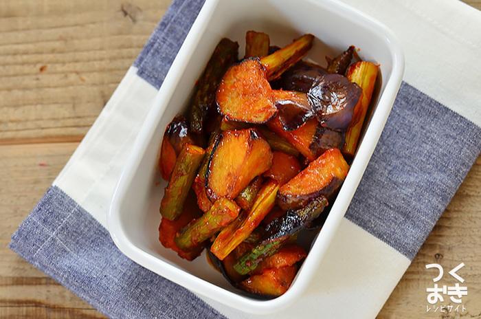 夏野菜のナスとアスパラガスの炒め物です。シンプルな調理方法もうれしいですが、何よりお料理の赤色は食卓を彩ってくれますよ。そしてケチャップの風味が食欲をアップしてくれます。