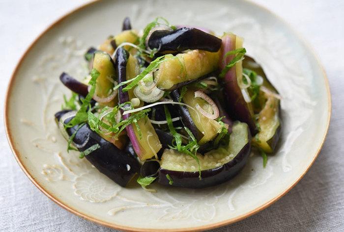 夏が旬のナスは身体の熱をとってくれたり、疲れを解消してくれる効果があるそうです。焼きナスも美味しいですが、シンプルに塩もみして、ミョウガやシソなどの香味野菜と一緒に召し上がってみてください。
