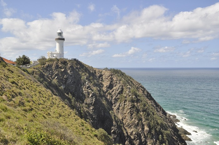 """オーストラリア東海岸でも最も最東端にある場所、「バイロンベイ」。その名の通り、海に囲まれた""""湾""""の街。 その最東端の岬に、真っ白にそびえ立つ灯台がこの街のシンボル。  オーガニック、ロハス、スローライフ、サーフィン、アート、カフェ…などのキーワードが好きな方は、お気に入りのエリアになること間違いなし。そのくらい、ヘルシーなライフスタイルが中心になっている街です。  シドニーやメルボルンなどの大都市にはない魅力。あなたも感じに行きませんか?"""