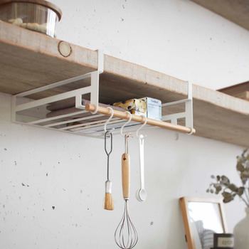 戸棚に差し込むだけで、空間を収納ラックとして有効に使えます。ラップやクッキングペーパー、ふきんやキッチンツールなどを吊るしておくことが出来ます。