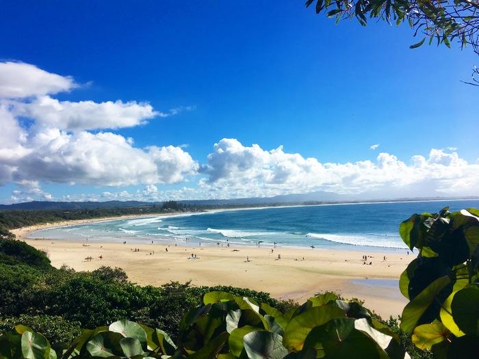 バイロンベイはゴールドコーストよりも南、シドニーよりも北にあるオーストラリア東海岸でもっとも最東端に位置しています。  夏は21度〜28度、冬でも15度〜21度と一年を通して比較的に温暖な気候。 日本とは季節が逆なので、日本が冬の時にバイロンベイは夏です。