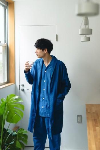 古来より伝わり、今なお愛され続けている天然染料「藍」。 天然染料の優しい肌触りや色合い、そして使い込むと淡くなる独特の風合いは、日本人だけでなく世界中の人々を魅了しています。この独自の色は「ジャパンブルー」とも言われ、日本の伝統を象徴する色として広く知られています。
