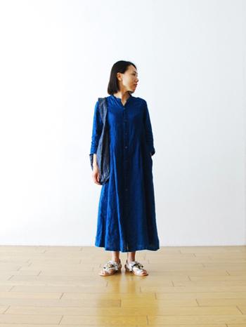 今回は日本の美しいブルーをまとった、夏らしいコーデをご紹介します。 着心地爽やか、見た目も涼しい藍染めで夏ファッションを楽しんでみてはいかがですか♪