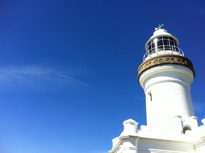 バイロンベイに行くなら絶対押さえておきたい観光名所Light House(灯台)。 湾になっているバイロンベイの街からはどこからでもこの灯台を見ることができ、まさにシンボル的存在。  灯台は岬の高台にあるため、頂上から覗く壮大な海景色は絶景!