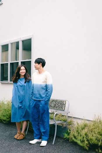 男性は本藍染のスラックス、女性はワンピースで。カジュアルコーデの中にも美しいジャパンブルーを纏った、上品で爽やかなリンクコーデが素敵です。
