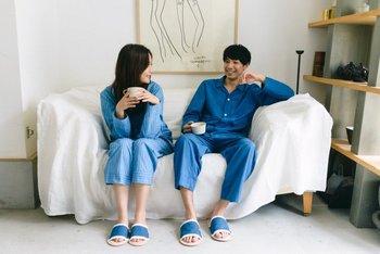 寝るときこそ質の良いものを…。コットン100%の藍染めのパジャマです。丈の長すぎないパジャマパンツは、家の中で動きやすい丁度良い長さ。落ち着いた藍染めならではの色合いが心を落ち着かせてくれます。 藍染めの特徴でもある、消臭・虫を寄せ付けない性質が夏の夜にぴったりですね。