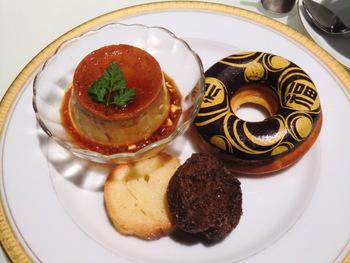 ドーナツとラスク、プリンがセットになった丸福スイーツセットはコーヒーか紅茶がついてくるお得なセットです。ホットケーキやチーズトーストも人気のあるメニューです。