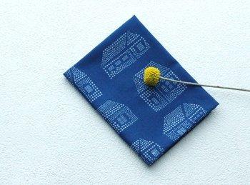 ポケットに入れても膨らまないほどの薄手の藍染めのハンカチです。丸の集合体が1つの絵になった、ものあいオリジナルデザイン。柔らかな印象でとっても可愛らしいですね。 カバンの中からさっと藍染めのハンカチが出てきたら一目置かれるかもしれません♪一枚は欲しい、こだわりのハンカチです。