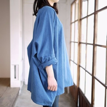 ゆったりタイプの藍染めチュニック。裾のサイドが少し長めになっていて腿張りでもカバーできる一着。袖をクシュッと巻くと、重心が上がるのでバランスがよくなりますね。 ボトムスはシックにダークカラーを選んで、落ち着いた雰囲気に。