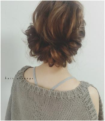フィッシュボーンを取り入れればボリュームもアップして華やかに。 顔周りの髪の毛でフィッシュボーンを作ってゴムで束ね、残りの髪をフィッシュボーンに通してピンで留めれば出来上がり♪