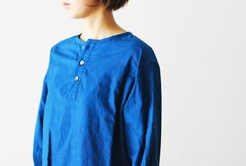 鮮やかなブルーが目に留まるノーカラーシャツ。両サイドにはスリットが入っていて、今旬の着こなしができます。袖のボタンを止めてきちんと感を出すか、袖を捲ってフェミニンさを出すか、その日の気分で楽しんでみてはいかがでしょうか♪