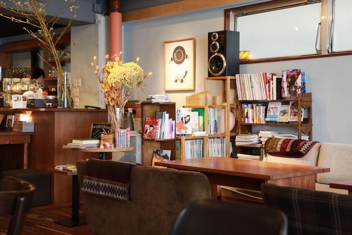 ゆったりとした店内で、食事やお茶を楽しみながら読書できるお店。お友達とくるのも、一人で訪れるのもおすすめです。週替わりのランチやパフェも人気です。