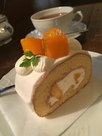チーズケーキなど、プリン以外のスイーツも美味しいこちらのお店。甘さ控えめのスポンジとホイップクリームがまったり濃厚なマンゴーの甘さを際立たせてくれる宮古島マンゴーロールは贅沢な気分になれるひと品です。