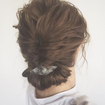 髪全体をウェーブ巻きにしてからのギブソンタックアレンジは、グッとこなれ感がアップします。 ポイントにバレッタを付けてもかわいいですね。