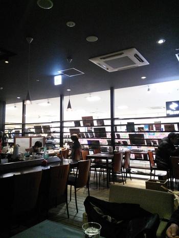 札幌の地元書店「なにわ書房」が運営しているブックカフェ。札幌の旬なお店が集まる「マルヤマクラス」にあります。ボリュームたっぷりのランチやラテアートも楽しみ。