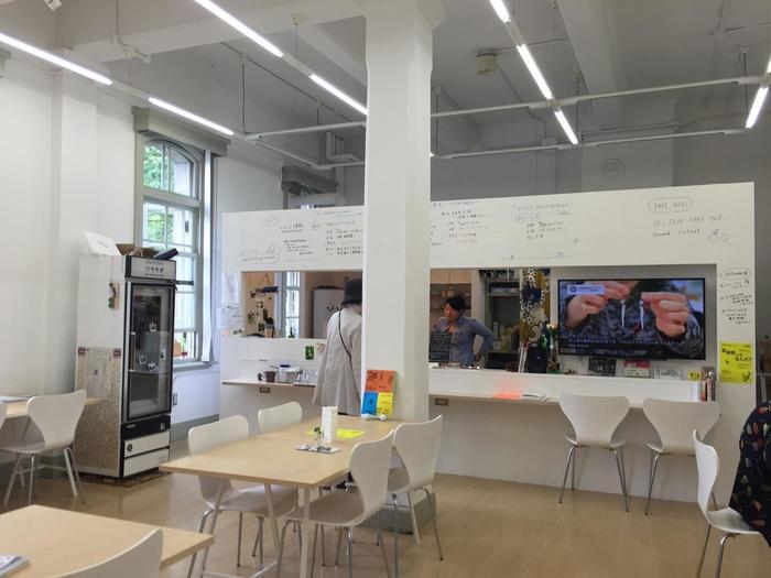 歴史的建造物「札幌市資料館」の中にあり、札幌国際芸術祭(SIAF)2014の関連資料や書籍などの蔵書を、コーヒーなどを飲みながら閲覧することができます。