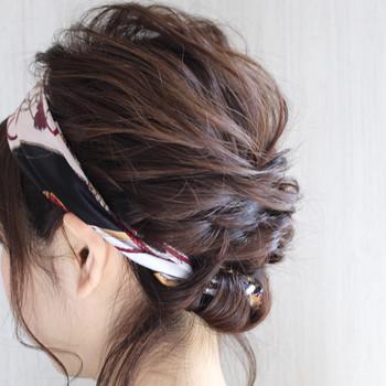 スカーフに直接髪を巻きつけて入れ込んでしまうという方法もあります。 仕上げに内側をピンで固定すれば、髪の毛が飛び出てくる心配もありませんね。