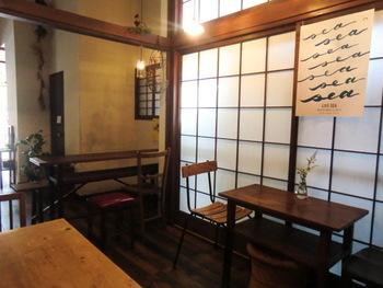 小さめのイートインコーナーですが、趣があり、ほっこりとした気持ちになれる素敵なお店です。浅草寺のすぐ近くなので、お参り帰りに立ち寄るのもいいですね。