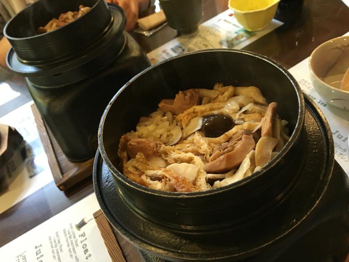 「季節の釜飯」も美味しそう♪炊き立てが運ばれてきます。 この他にも、「京湯葉御飯」「山菜そば」「鳥すき丼」など、ごはんものは「和風」のものが多く、「ヘルシー」かつ「がっつりと」お腹を満たせます。